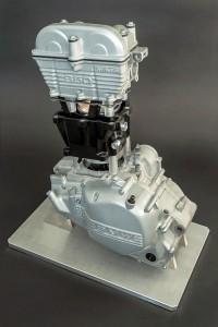 Forschungsmotor mit eingebautem Leichtbau-Zylindergehäuse. Im Bild ist ein Messedemonstrator zu sehen. (Foto: Fraunhofer ICT)