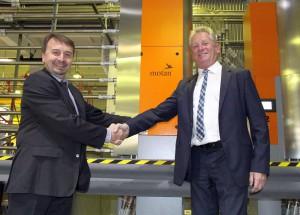 Krassimir Trifonov, CEO Arexim Engineering Ltd. (l.) und Detlev Schmidt, Sales Director Motan-Colortronic Gmbh, Deutschland (r.) haben die zentrale Materialversorgung gemeinsam realisiert. (Foto: Motan-Colortronic)