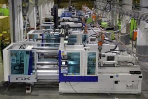Einblick in die Produktionshalle – Spritzgießmaschinen (auch 3K-Technik) mit Schließkräften von 2.800 bis 5.000 kN. (Foto: Motan-Colortronic)