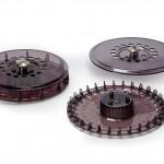 Die Ober- und Unterteile der Trägerkarusselle sowie die Kappen zur Aufnahme von Magneten bestehen aus PPSU. (Foto: Solvay Specialty Polymers)