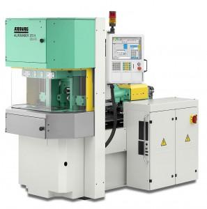 Auf der Vertikalmaschine Allrounder 275 V mit Elastomerausstattung wird die vollautomatische Produktion eines mit EPDM umspritzten Entnahmesaugers demonstriert. (Foto: Arburg)