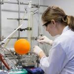 Synthese der biokompatiblen und bioabbaubaren Polymere im Labor an der TU Wien. (Foto: TU Wien)