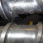 Eine Schnecke mit Standard-Karbidbeschichtung (oben) zeigt schlechte Adhäsion und Abblätterungen, während die Schnecke mit metallurgisch gebundener X8000-Beschichtung (unten) keine Abblätterungen aufweist. (Foto: Nordson Xaloy)