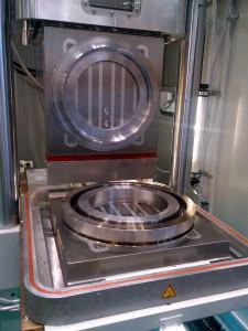 Hilma M-Tecs Magnetspannplatte von Römheld während der DKT auf einer Gummipresse von Wickert. (Foto: Römheld)