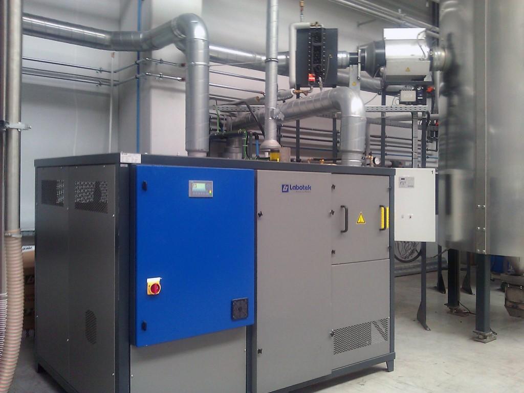 Desiccant Flexible Dryer Typ DFD 1700 mit Frequenzumrichter zur Anpassung der Durchsatzleistung (Foto: Labotek)