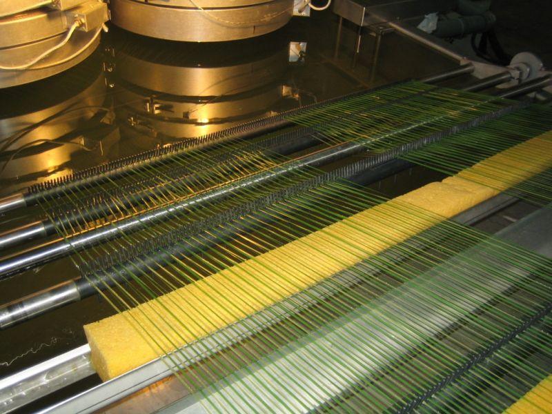 Monofilamente in einer Reimotec-Anlage für Kunstrasen mit den gewünschten hochwertigen Eigenschaften (Foto: Reimotec)
