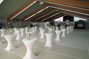 Mit den Fußbodenplatten aus recycelten PET-Getränkeflaschen können Tennishallen schnell für andere Events verfügbar gemacht werden. (Foto: Rowa)