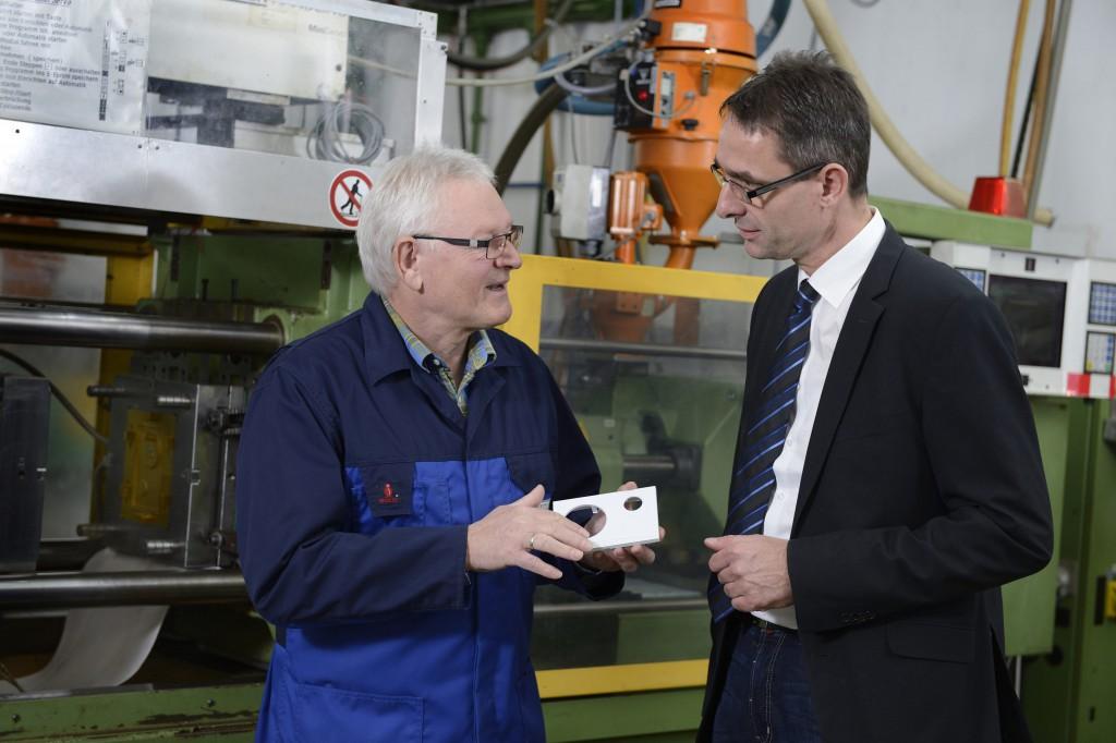 Sie konnten gemeinsam die Produktion von Komponenten für Zeitschaltuhren optimieren: Eberhard Faller von Grässlin (links) und Detlev Brüschke von Oerlikon Balzers. (Foto: Oerlikon Balzers)