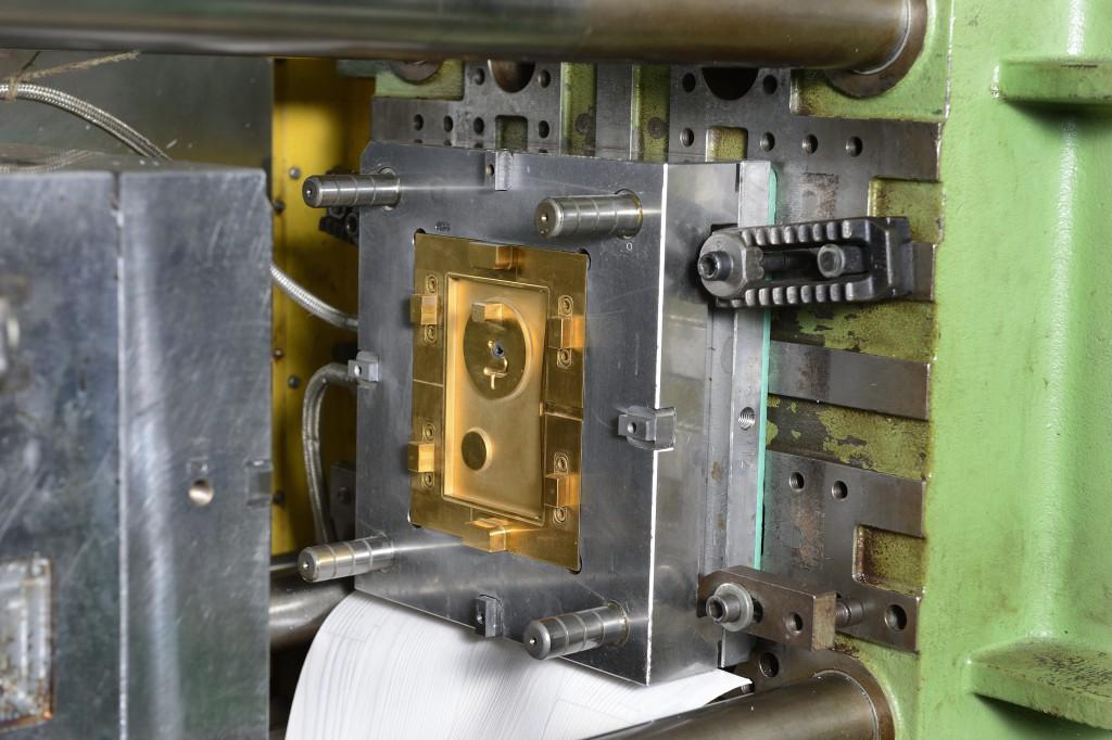 Werkstoff neu, Beschichtung neu – mit dem verschleißfesteren Formeinsatz stieg die Standzeit um das 10-fache gegenüber der Vorgängerlösung (Foto: Oerlikon Balzers)