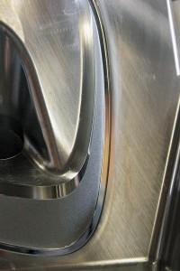 Gelaserte Ätznarbung (K2400G) mit scharfer Abgrenzung zu Hochglanzflächen ohne Prozessrisiko. (Foto: Reichle)