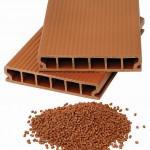 WPC Endprodukte werden oft für Terrassenbeläge, aber auch als Wandverkleidungen oder Gartenzäune verwendet. Im Bild ein Decking-Hohlprofil aus Kunststoff und Naturfasern. (Foto: Battenfeld-Cincinnati)