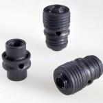 Die innere Komponente aus PPA kann mit dem äußeren HNBR-Elastomer ohne Haftvermittler stoffschlüssig verbunden werden und ermöglicht so hochpräzise Bauteile für den Kühlkreislauf im Auto. (Foto: Evonik)