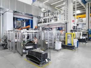 Serienreif: Mit der HD-RTM-Maschine von Krauss Maffei produziert Fritzmeier carbonfaserverstärkte Bauteile unter anderem für die Karosserie des BMW i3. (Foto: Krauss Maffei)