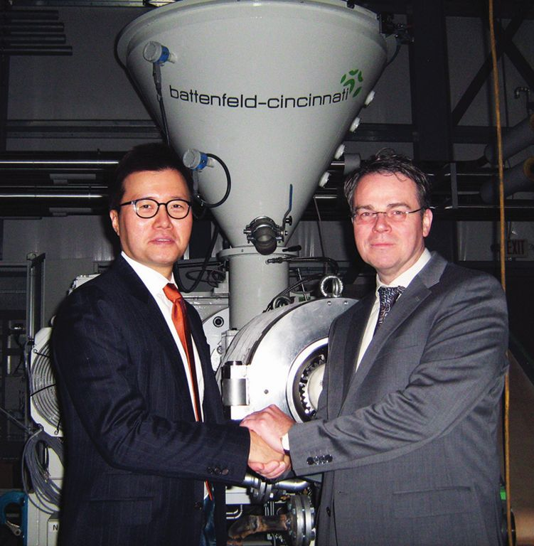 Dan Koh, CEO und President, NOX Corporation und Michael Roth, Vertriebsleiter battenfeld-cincinnati vor dem Planetwalzenextruder im neuen Werk in den USA (Foto: battenfeld-cincinnati)