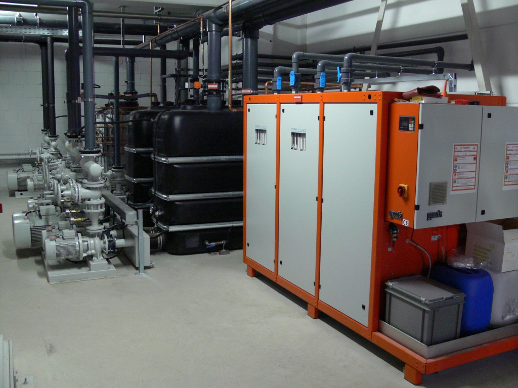 Das Kühlanlagenkonzept bei der Polifilm GmbH umfasst eine individuell angepasste Konfiguration mit drei Rückkühlanlagen mit einer Gesamtkühlleistung von 2.800 kW bei einer Kaltwassertemperatur von 10 °C bzw. 12 °C (Foto: gwk).