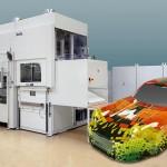 Auf einer Illig UA 100g entstanden aus digital großflächig vorbedruckten Platten Modell-Sportwagen mit individuell gestyltem Design. (Foto: Illig)