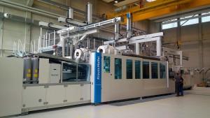 Teile für die Autos von morgen entstehen am neuen Merge-Leichtbauzentrum der TU Chemnitz auf der Spritzgießmaschine MXW 2500. (Foto: Krauss Maffei)