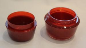 Cremedose aus PMMA – links: farbiger Innenteil, rechts: fertige Dose. (Foto: Wittmann Battenfeld)