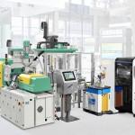 Automatisierte additive Fertigung: Ein Sieben-Achs-Roboter entnimmt die Werkstücke aus der Spritzgießzelle und bestückt den Bauraum des Freeformers. (Foto: Arburg)