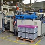 13 Trockentrichter halten die bei FKT gebräuchlichen Werkstoffe in optimaler Verarbeitungsqualität vor, von hier gelangen sie über die zentrale Förderanlage an die Spritzgießmaschinen. (Foto: Motan-Colortronic)