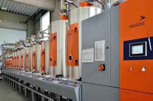 Voll in die Motan-Steuerung eingebunden ist die Wärmetauschertechnik, die Fernwärme zur Aufheizung der Trocknerluft nutzt. (Foto: Motan-Colortronic)