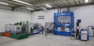 Die Produktionslinie Topline HK mit IBC-Containerstation und Werkzeugträger-Presse. (Foto: Hennecke)