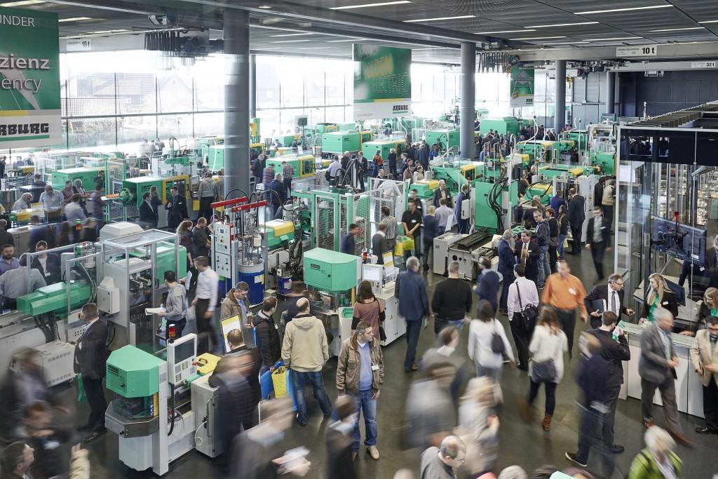 Die traditionellen Technologie-Tage bei Arburg zogen Mitte März mehr als 6.500 Gäste aus 54 Ländern nach Loßburg. Dazu gesellten sich mehrere Hundert VIP-Gäste zur Eröffnung einer neuen Produktionshalle (Foto: Arburg)