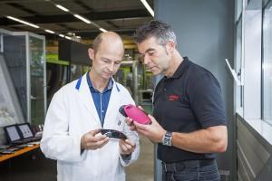 Stefan Schlottbohm (l.) von Gigaset und Michael Bilo von Oerlikon Balzers begutachten die Qualität der Telefon-Bauteile. (Foto: Oerlikon Balzers)