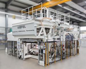 In-Mould-Graining (IMG) Vakuumthermoformanlage KLV-Z zum Kaschieren von Instrumententafeln. (Foto: Kiefel)