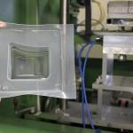 Prototypenwerkzeug des IKT zur Inline-Wanddickenmessung beim Thermoformen mittels Ultraschall. (Foto: IKT)