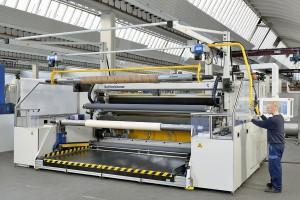 Mit dem neu konzipierten Horizontal-Schiebewickler Midex-HSD lassen sich Rollendurchmesser bis 1.200 mm problemlos realisieren. (Foto: Reifenhäuser)