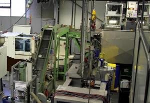 Für das Kernausschmelzen hat Ackermann eine TM-Maschine von Wittmann Battenfeld (links im Bild) umgebaut. (Foto: Wittmann)