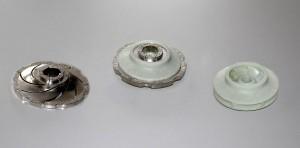 Laufrad – hergestellt mit Kernausschmelztechnologie, v.l.n.r.: Metallkern, umspritzter Kunststoff, fertiges Laufrad. (Foto: Wittmann)