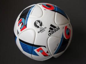 """Der """"Beau Jeu"""" ist der offizielle Spielball der EM 2016 in Frankreich. (Foto: Covestro)"""