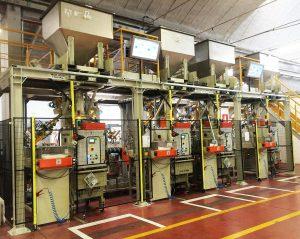 Verpackungsmaschinen mit mobilen Aufgabetrichtern oben und lokalen Anzeigen. (Foto: Coperion)