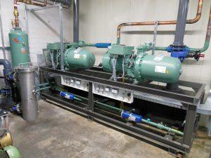 Für die Werkzeugkühlung projektierte L&R eine Split-Kältemaschine: Zentrale Komponenten wie Wärmetauscher, Verdichter und Pumpen sind im Gebäude in der Nähe der Kunststoffmaschinen und die Kältemittel-Verflüssiger im Außenbereich untergebracht. (Foto: L&R)