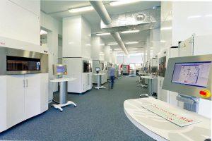Blick in die Fertigungshalle der FKM-Fabrik, in der derzeit 26 Lasersinteranlagen für die Verarbeitung verschiedener Kunststoffe sowie neun Lasersinteranlagen zur Herstellung von Metallteilen am Werk sind. (Foto: FKM)