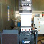 Getecha-Zentralmühle vom Typ Rotoschneider RS 3504-B: Da für das Foto die Spritzschutzlappen abgehängt wurden, sind im oberen Bereich des Trichters die Luftkühlung und der Eindrückstempel gut zu erkennen. (Foto: Getecha)