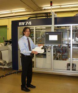 Mark Pohli demonstriert die neue Version des Vakuumformautomaten RV 74, der auf der Hausmesse Menüschalen im 6fach-Werkzeug produzierte. (Foto: K-Aktuell)