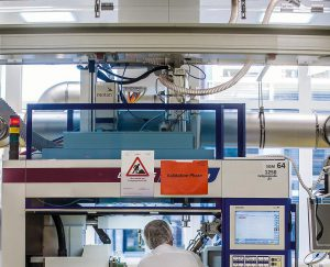 Die Produktion der Teile findet unter GMP- und FDA-konformen Bedingungen in Reinräumen der GMP-Klasse D statt. (Foto: Motan-Colortronic)