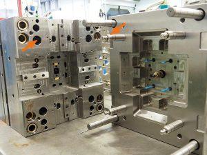 Ins Werkzeug integriert: In dieses Spritzgießwerkzeug wurde bei Lauer Harz ein Rundklinkenzug eingebaut (Pfeile). (Foto: Strack Norma)