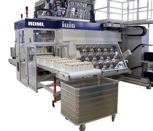 IML-T zur markenwirksamen Dekoration mit hoher Regalwirkung: Auf der Messe entstehen mit dem Formautomat IC-RDML 70 und einem 18-fach-Werkzeug in einem Arbeitsgang brillant dekorierte Verpackungen aus PP. (Foto: Illig)