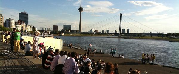 Rheinpromenade Düsseldorf (Foto: Kippelboy/Wikimedia Commons)