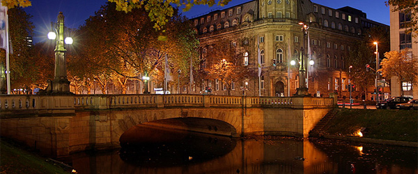 Königsallee Düsseldorf bei Nacht (Foto: Thomas Robbin/Wikimedia Commons)