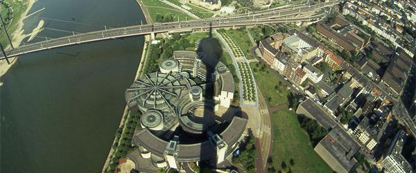 Ausblick vom Rheinturm auf das Düsseldorfer Regierungsviertel (Foto: Wikimedia Commons)