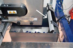 Entladung von Kunststoffteilen in einer Wägeeinheit. (Foto: Eltex)