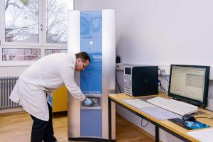 Wissenschaftler des Fraunhofer LBF haben eine Analytik erarbeitet, mit der sie die verwendeten Harze und Härter in Duromeren erstmalig chemisch charakterisieren können. (Foto: Fraunhofer LBF)