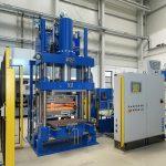 Mit der Anlagenlösung der Baureihe KV 287 lassen sich RTM/Hochdruck RTM, SMC und BMC sowie Thermoformanwendungen auf einer Maschine realisieren. (Foto: Rucks)