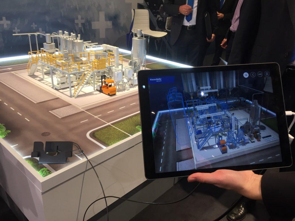 """""""Augmented Reality"""" am Stand von KraussMaffei Berstorf (Foto: jkh)"""