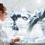 Zur K 2016 präsentiert ABB den nach eigenen Angaben weltweit ersten, wirklich kollaborativen Roboter YuMi. (Foto: ABB)